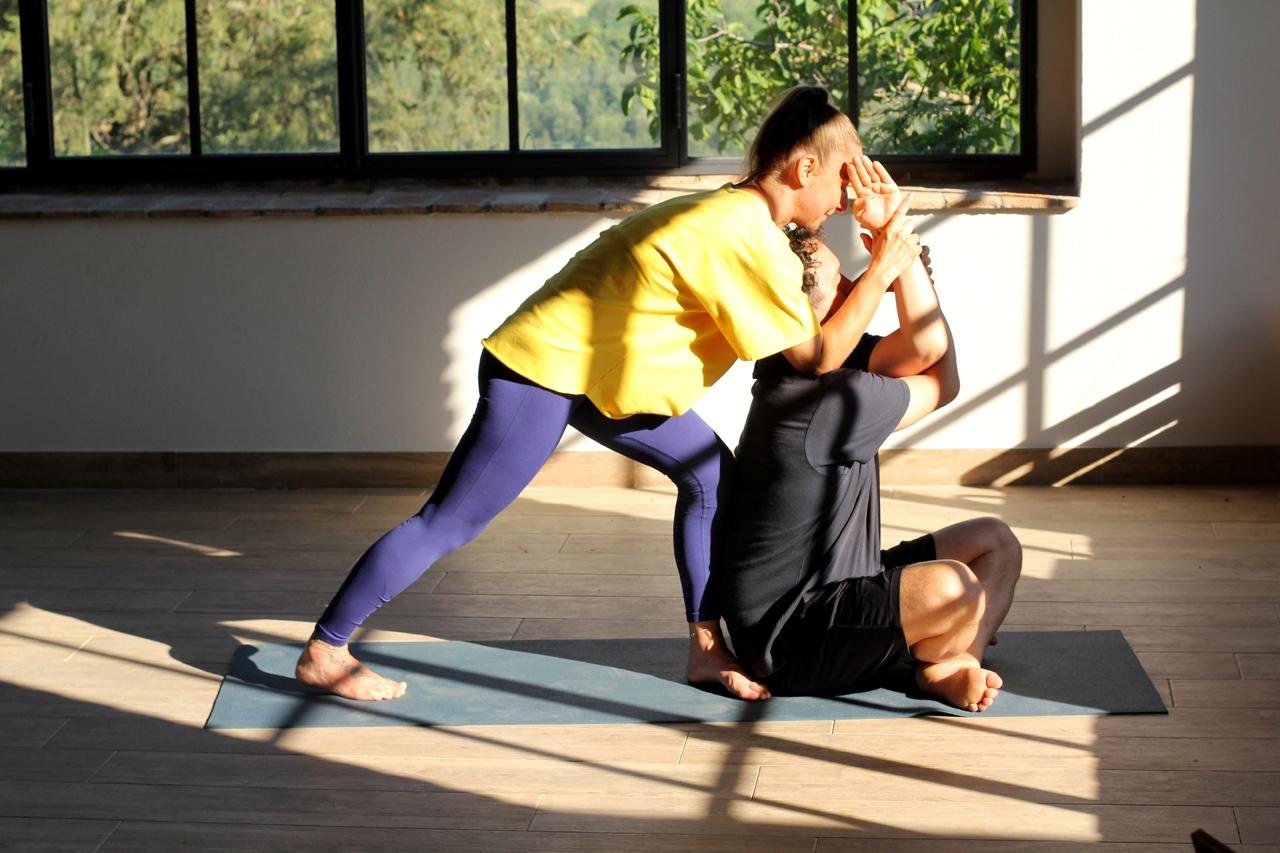 Eszendo_Yoga_Therapy_Quercia_al_Poggio_garudasana